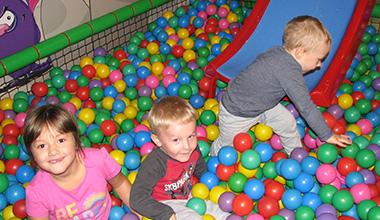 zdjęcie dzieci bawiących się w kulkach