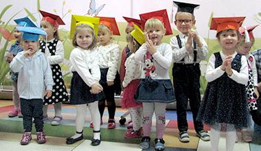 zdjęcie grupy przedszkolaków podczas uroczystości pasowania
