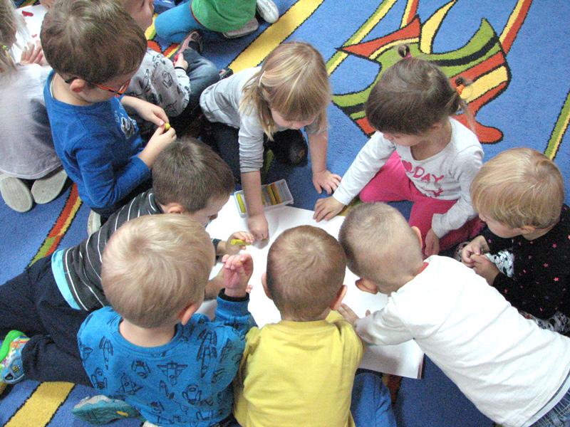 zdjęcie dzieci podczas zajęć edukacyjnych