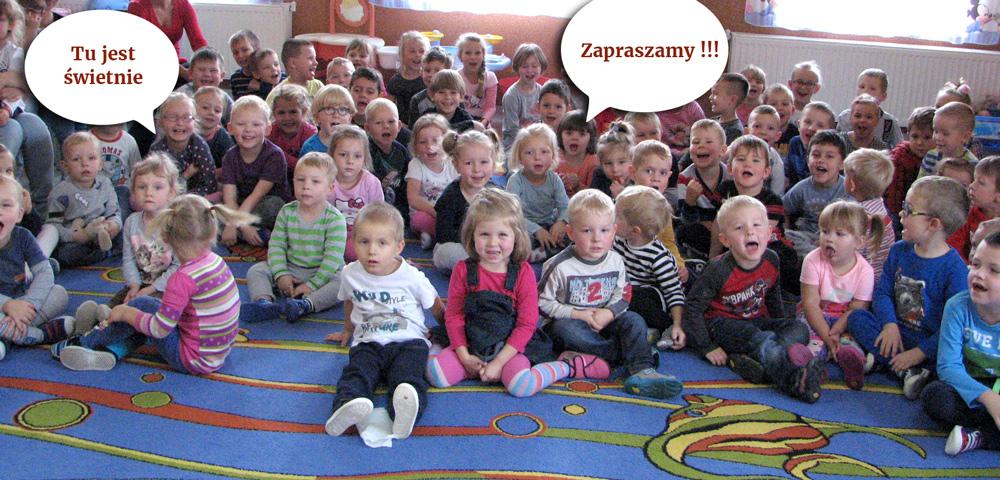 zdjęcie grupowe dzieci siedzących n adywanie